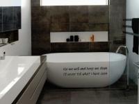 muurteksten, badkamer
