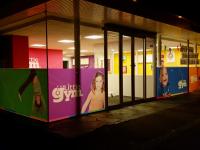Full colour raamfolie (2) bedrukt, logo, huisstijl, in de avond